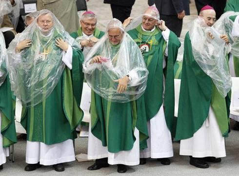 preti cattolici aprono a preservativi